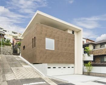 直線と面で構成される端正な顔を持つ家のイメージ