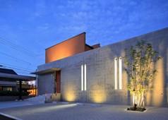 コンクリート壁のある木造住宅