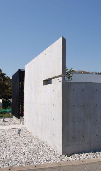 お向かいさんの視線を遮るコンクリート塀のイメージ