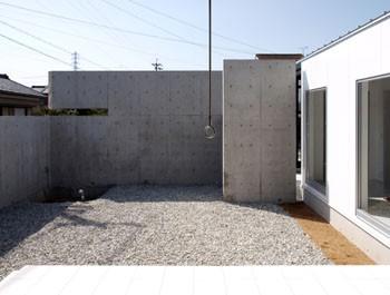 塀に囲まれた広い庭のイメージ