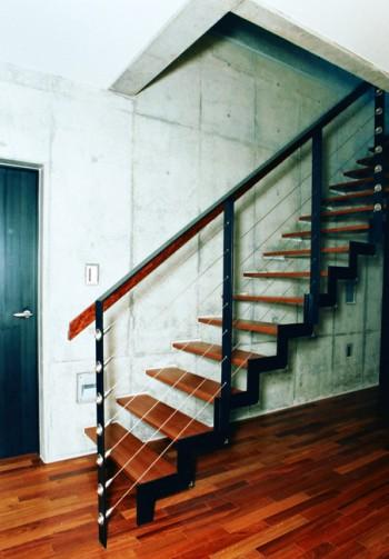 視線を通すストリップ階段のイメージ