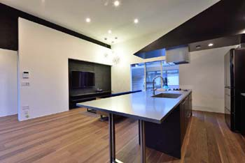 シャープなステンレス天板のオリジナルキッチンのイメージ