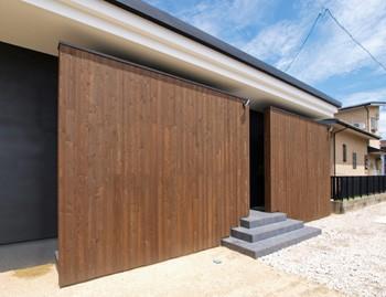 木板塀のスキマのイメージ