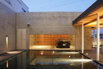 水盤越しに愛車を眺めることができるガレージハウスのイメージ