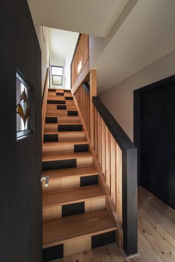 ステンドグラスとポップな階段のイメージ