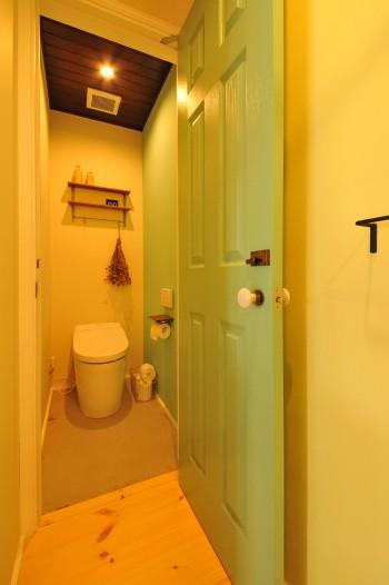 ほっこりするブルーグリーンのトイレのイメージ