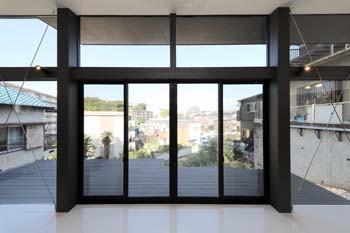 ガラス越しの景色のイメージ